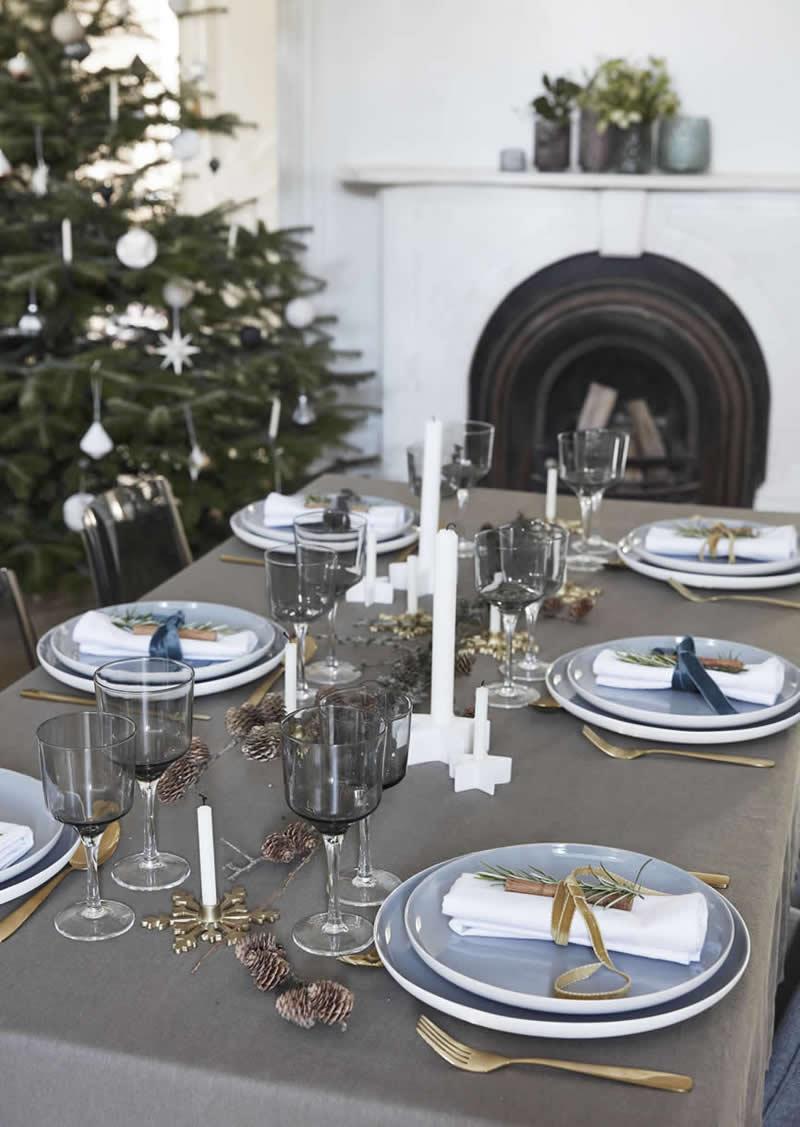 Kersttafel met kaarsen