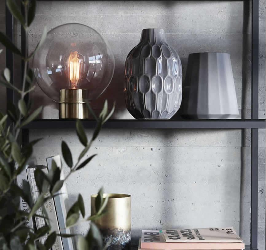Grijze vaas en bolle lamp van Hubsch