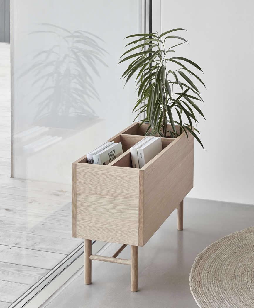 Eikenhouten plantenbak met boekenvak, gemaakt door Hübsch Interior