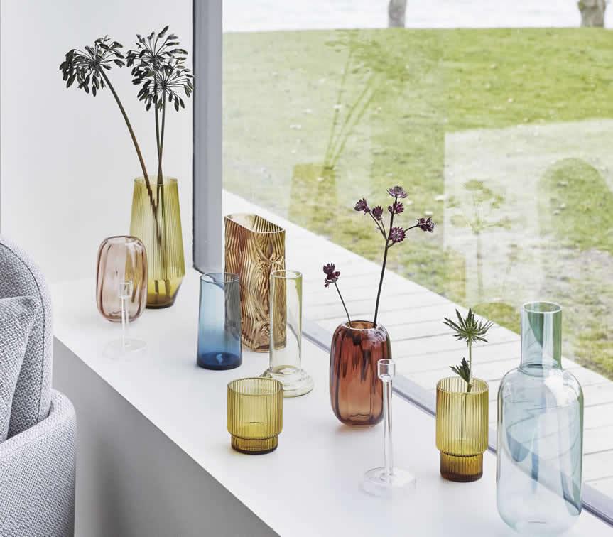 Glazen vazen in het raam, gekleurd glas