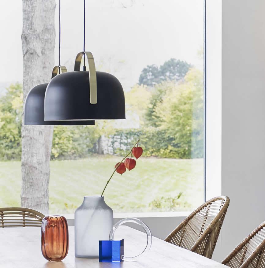 Eettafel met twee zwart-messing hanglampen
