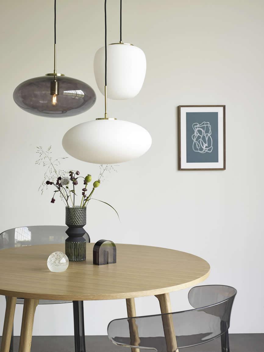 Hanglampen boven de tafel van Hübsch Interior